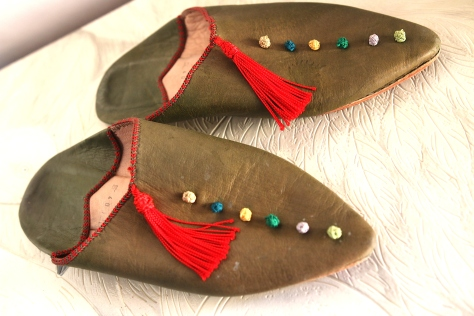 Soft leather slippers with color-blocked tassels make your steps royal