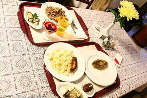 And if you are hungry, you will want to take everything. So you can easily overestimate your abilities and fill your tray with the first and second dishes, dessert, compote and something else delicious and toasted, and you will not be able to eat all that like Tanusree couldn't:)